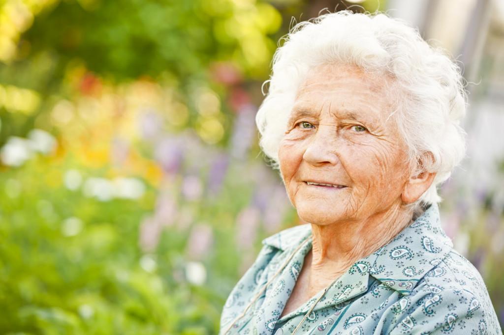 Сиделка на дом или пансионат для пожилых – плюсы и минусы